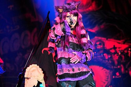 HYDE主宰のハロウィン・パーティ初日、HYDEはセクシーなチェシャ猫で安室奈美恵を熱唱