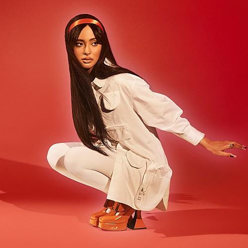 モロッコ生まれカナダ育ちのSSW=フォージア、鮮やかな新曲「Hero」をリリース