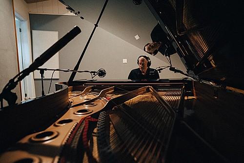 リチャード・カーペンター、キャリア初のソロ・ピアノALから「遙かなる影」を先行配信